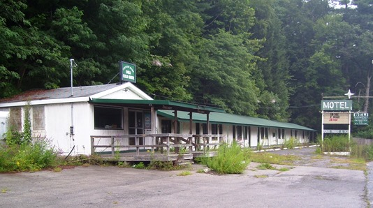 Abandoned_motel,_Pond_Eddy,_NY