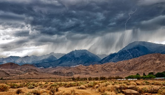 lightning_in_desert_mountains-1547184.jpg