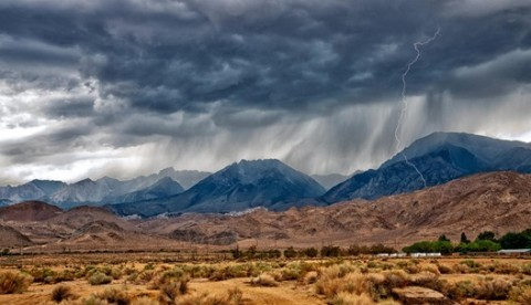 lightning_in_desert_mountains-1547184.jpg